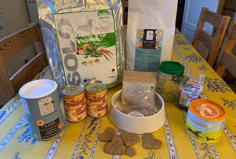 Our Green Paws Package with 5kgs Solo-Vegetal, 2kgs Green Crunch, 500g All-In-Veluxe Supplement, 280g V-Complete supplement, 2 tins Pauline complete, high nutrient Umameo dog treats, 1 sprouting jar and sprouting seeds + 5 homemade tailormade recipes